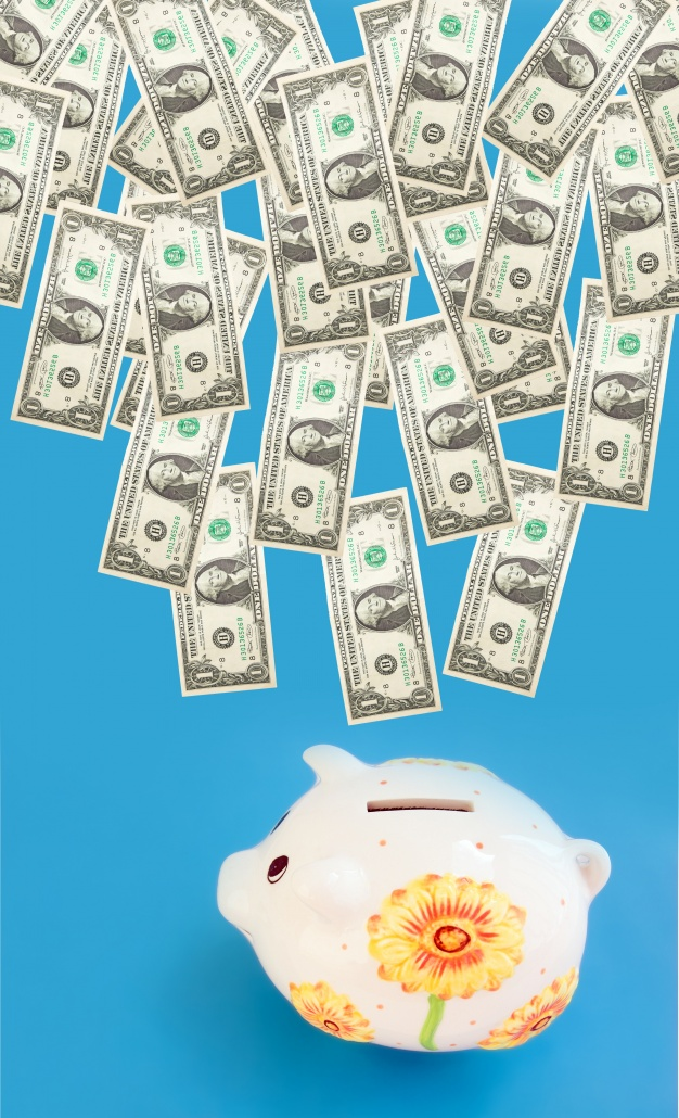 many-bills-and-peggy-bank_1160-934