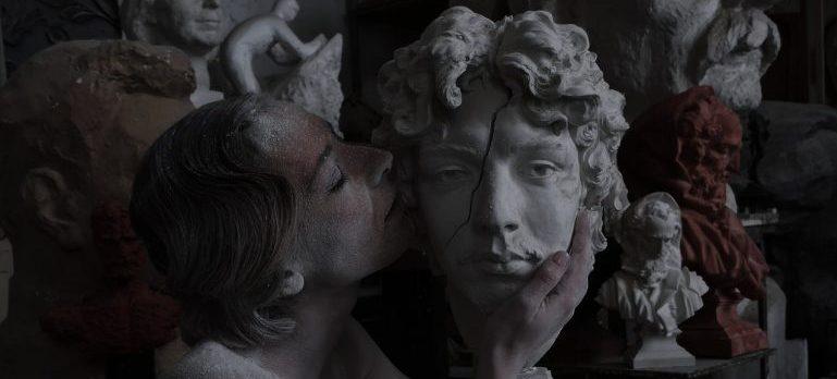 girl kissing the broken statue